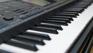 Klawisz klawiszowi nie równy? Wyjaśniamy różnice między klawiaturami w pianinach cyfrowych, syntezatorach i kontrolerach MIDI