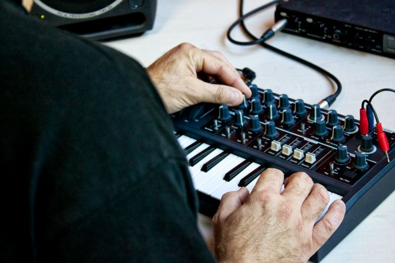 how to connect arturia microbrute to amplifier